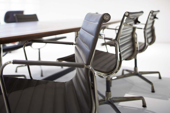 Aluminium Chair Dark Chrome. Produced by Vitra since 1958. Design: Charles & Ray Eames