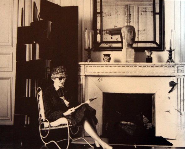 """Eileen Gray fotografiert in ihrer """"Rue Bonaparte"""" Wohnung durch den Architekt Alan Irvine im Jahre 1970"""