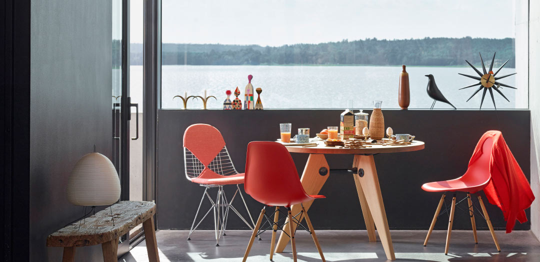 Vitra Home Stories – Living Room – Guéridon, Eames Plastic Side Chair DSW, Wire Chair DKR.