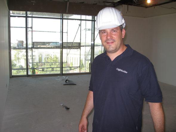 Rolf Gerlach in einem Büro kurz vor der Fertigstellung