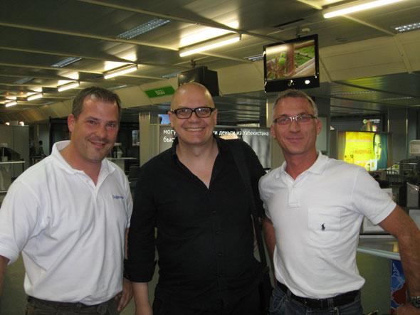 von links: Rolf Gerlach, Peter Ippolito und Rainer Kettner auf dem Flughafen Tashkent