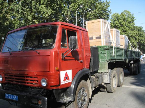 Die nächste Lieferung in den Lagerbereich mit vitra Möbeln