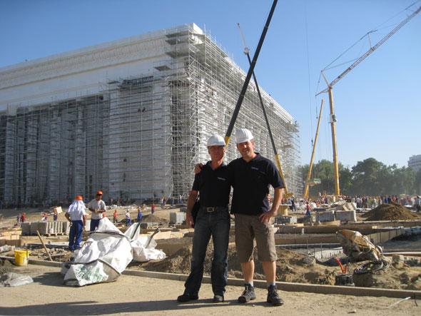 Rolf Gerlach und Rainer Kettner vor der Baustelle Kongresszentrum Tashkent, Uzbekistan