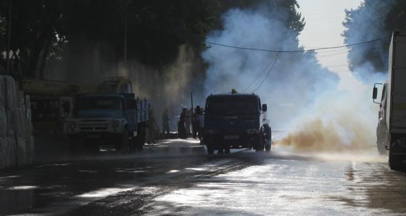Die Straße wurde regelmäßig befeuchtet, um die Staubentwicklung einzudämmen...