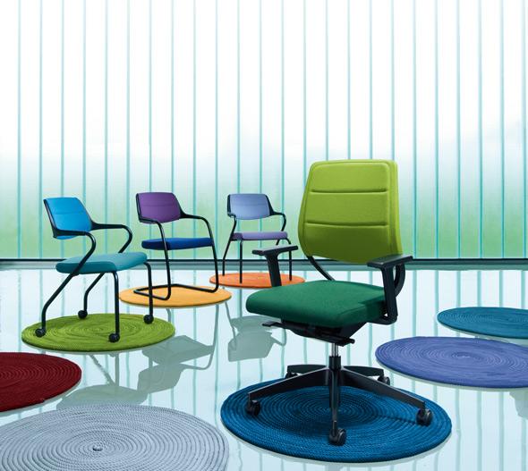 Farbenfroh präsentiert sich der Drehstuhl match mit den Besucherstühlen