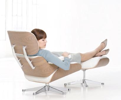 Der Eames Lounge Chair: Seit 1956 Inbegriff Von Qualität Und Luxuriösem  Komfort. Jetzt Neu In Hellem Holz, Poliertem Aluminium Und Weissem Leder.