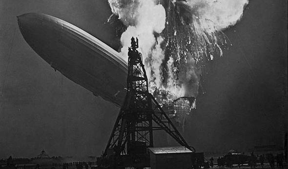 Die Hindenburg ist innerhalb einer halben Minute zu Boden gesunken und verbrennt in einem gigantischen Feuerball