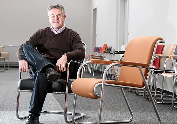 L&C-Chef Klaus Roth zeigt stolz die Modelle der Stühle, die im Film verwendet wurden