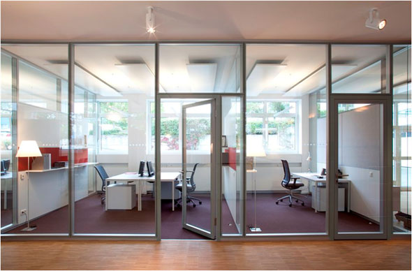 Wandintegrierter Absorber zwischen den Büros aus Stoff und Metall