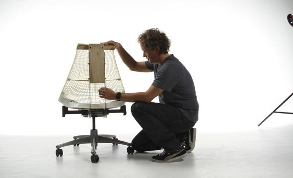Yves Béhar bei der Konstruktion des Sayl von Herman Miller