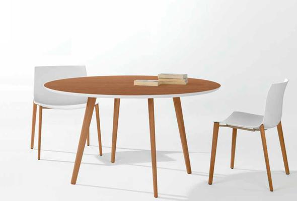 Der Tisch Gher mit den Catifa 53 Stühlen mit passendem Holzgestell von arper