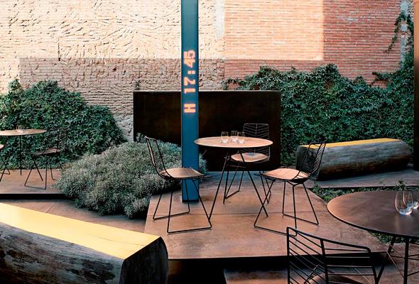 Der runde Leaf Tisch von arper mit den passenden Stühlen