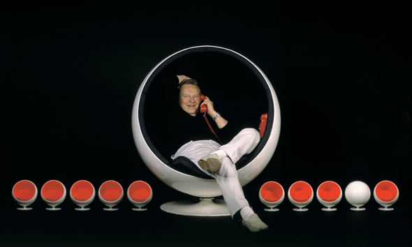 Eero Aarnio im Ball Chair von Adelta, das Original