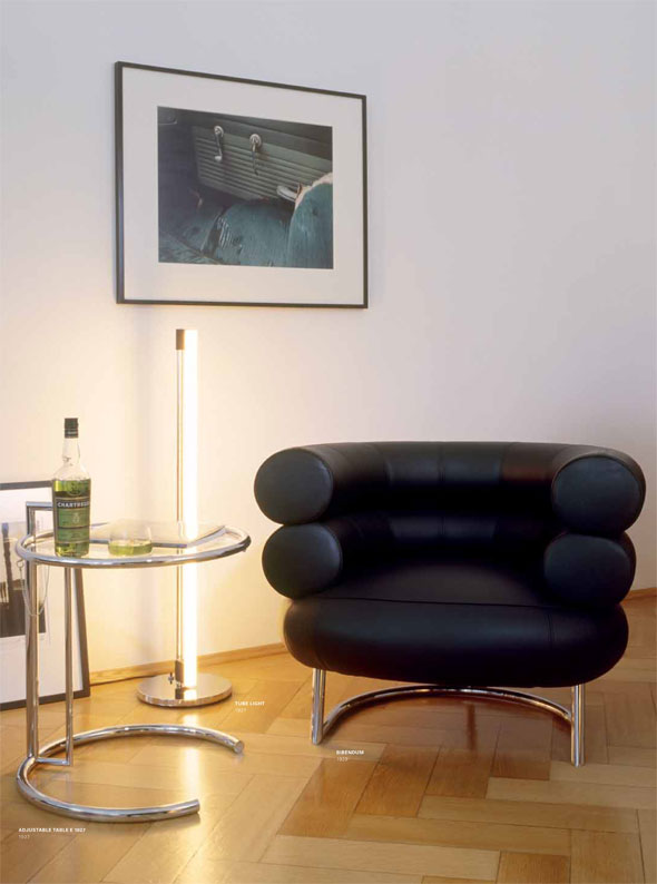 adjustable table E1027, Bibendum Sessel und Tube Light von Eileen Grey (ClassiCon)