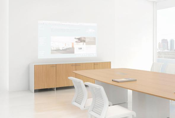 B6: Projektionssideboard mit integriertem Nahdistanzprojektor.