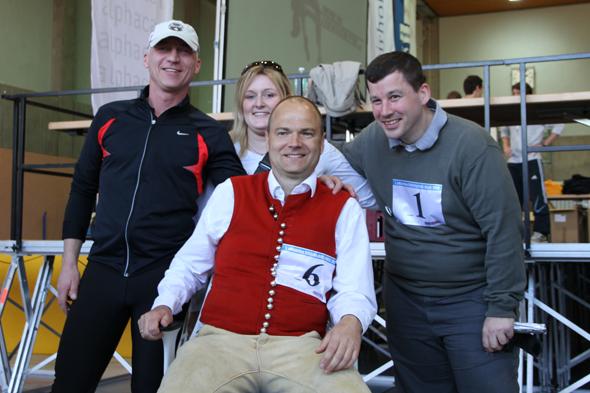 Chairholder und Herman Miller Deutschland mit dem glücklichen Jubiläums-Läufer